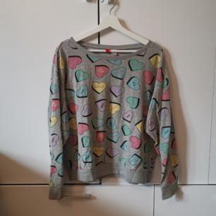 Grå tröja med färgglatt tryck Storlek: M Frakten ligger på 44 kr