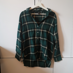 Grön skjorta från HM Storlek: 38 Frakten ligger på 44 kr