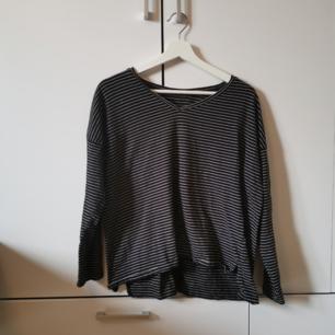 Svart/Vit randig tröja Storlek: L Frakten ligger på 44 kr