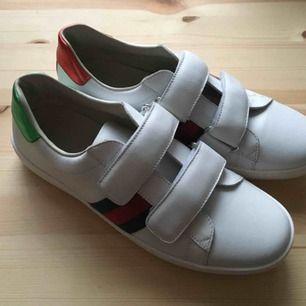 Helt nya och oanvända skor från Gucci, perfekt till våren!  Dessa är i storlek 37.   Finns i Stockholm :)  Kan också skicka med rekommenderad post.