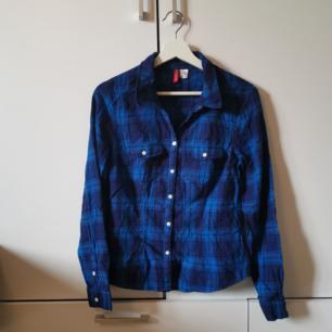 Blå skjorta Storlek: 38 (mer som 36/liten 38) Frakten ligger på 44 kr