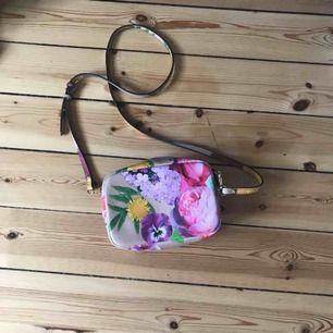 Äkta VS väska Fin sommar/vår väska med axelband