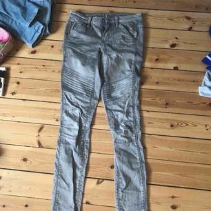 Köpta för 1000kr Gråa jeans med detaljer på låren Äkta g-star jeans