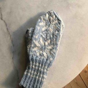 Handstickade vantar i vitt och ljusblått. Ej använda. Stickade i 100 % norsk ull.