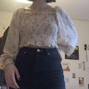 Säljer min blus från Gina Tricot! Man kan även ha den som en off-shoulderblus. Har tagit bort lappen så vet inte storleken men skulle gissa på XS/S. Köpare står för frakt annars går det bra att mötas upp i Lund! 💖