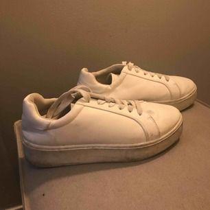 Vita höga sneakers