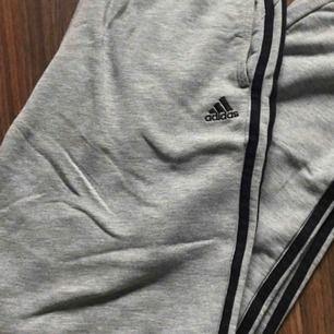 Säljer mina gråa adidas byxor!😃 sitter fint på kan passa till M också i storleken. Använda 5ggr Max!😁 fint skick! Skriv för fler frågor eller om du blir intresserad!