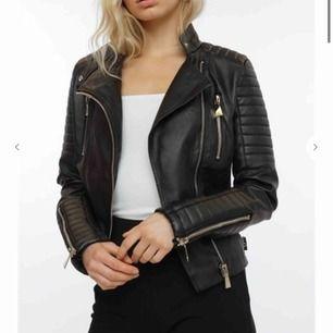 Säljer nu min super snygga populära moto jacket från chiquelle, nypris är 700 kr. Den är i super fint skick och knappt använd då den tyvärr blivit för liten.