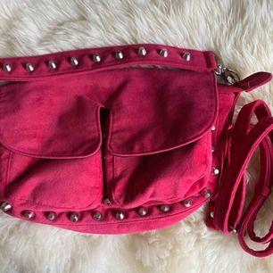 Hej! Säljer min rosa väska från Unlimit Bags! Den är i den mellersta storleken! Minns ej vad den heter.  Den är superfin, älskar färgen! Knappt använd så därför är den i tipptopp skick. Säljs såklart med båda axelbanden!  Säljer pga att den inte används.