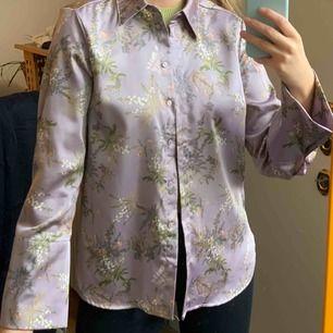 Skjorta som har en silkes känsla, frakt är inräknad i priset. Från Gina t, storlek 36.