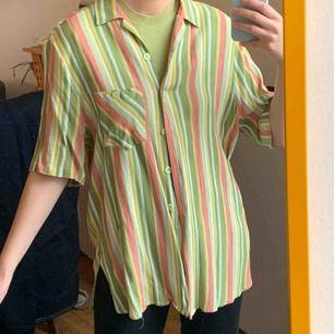 Cool skjorta i 90s tyg. Frakt ingår i priset, står storlek 42/16.