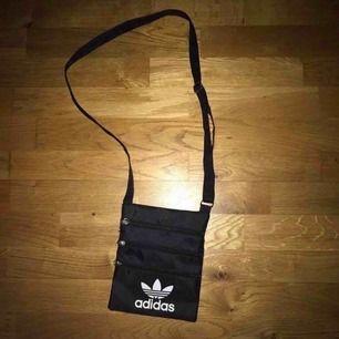Adidas magväska i gott skick som ny.  Frakt tillkommer 🌸