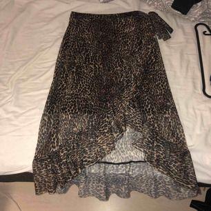 Rensar garderoben så denna fina kjol är till salu. Det är en kort under kjol i den sen de fina leopard mönstret över 😊
