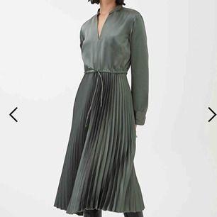 Finaste klänningen till salu!  Pleated Satin Dress, färg Khaki Green, stl 38. Helt ny! Nypris 990kr 700kr