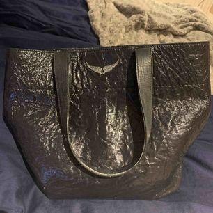 Stor zadig Voltaire väska, sparsamt använd  Köpt för 3800kr