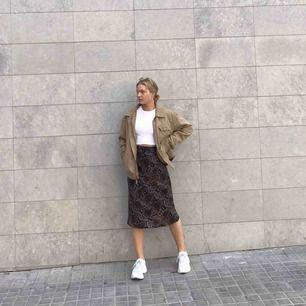Jättesnygg midi-kjol från zara, i storlek xs men passar bra på mig som brukar ha 36