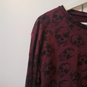 Vinröd tröja med dödskallar Storlek: M Frakten ligger på 44 kr