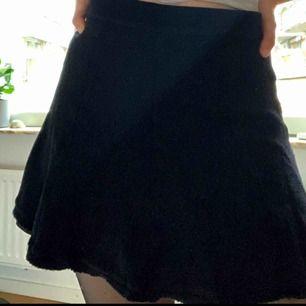 """En svart """"klock"""" kjol i st 34!"""