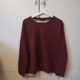 Vinröd tröja Storlek: M Frakten ligger på 66 kr