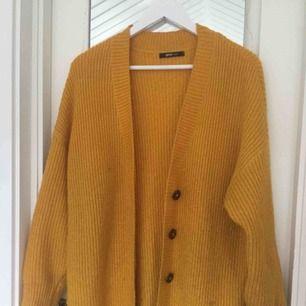 Jättefin cardigan i gul! Så fin och går att matcha till det mesta. Superbra för en vintage look! Perfekt skick :)