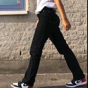 Säljer mina svarta weekday Row jeans med vita stygn! Super snygga🥰 frakt tillkommer
