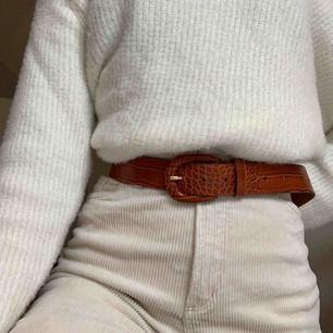 Supercoolt bälte i äkta läder! 💕 114cm • 4 cm Säljer detta bälte eftersom att storleken inte passar mig. Köparen står för frakten.