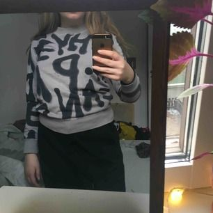 En jättesnygg sweatshirt!! Olika bokstäver i graffiti över hela tröjan. Från cheapmonday och är i bra skick! Använder tyvärr alldeles för sällan och behöver mer plats i garderoben:/