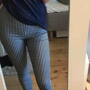 Säljer dessa fina byxor från VILA då jag nästan aldrig har använt dom💕är 162 cm, köparen står för frakt!!!