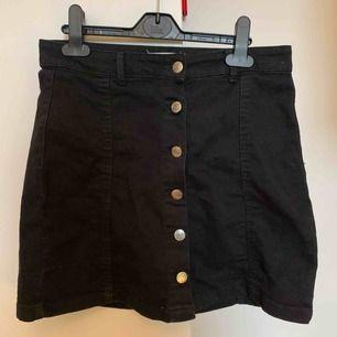 Finaste kjolen, man kan både ha knapparna framåt men också åt sidan. Ger också en jättebra passform! Skriv för fler bilder