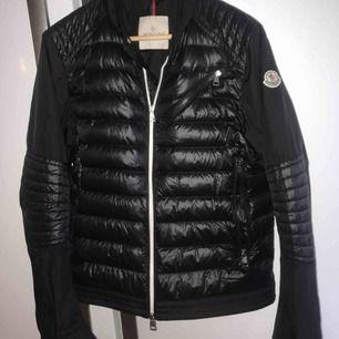 Säljer en MONCLER jacka i storlek 2 köpt på NK i somras. Jackan är i topp skick, knappt använd!  Ordinariepris :- 7499kr  Säljer nu för 5200kr