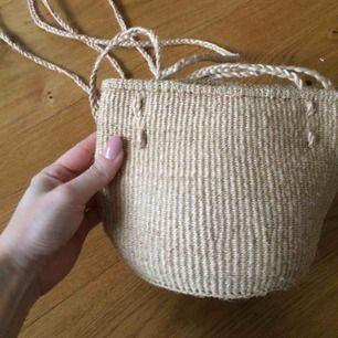 Stråväska med långa band som jag knutit till ett kortare (bild 3). Köpt utomlands. Superfin, kan användas som hängande kruka också. Lite stickig men inget jag stör mig på iaf. Frakt 40kr