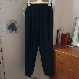 Pösiga Kostymbyxor i nytt skick. Dom är typ storlek L men jag har sitt in dom jätte mycket i midjan så de ska va stora å pösiga. Det går att sprätta upp så de passar S till L