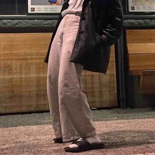Jätte breda beiga jeans i tunt material. Skit snygga högmidjade byxor. midjan är typ xs men breda i benen. Dom är vintage och utsydda med ett annat tyg på insidan som man ser på bilden