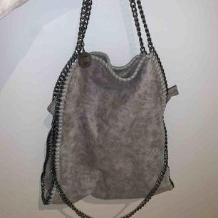 Säljer denna Stella McCartney liknade väska! Super bra skick och bra kvalitet! Knappt använd! 💜