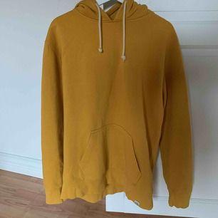 Supermysig gul oversize huvtröja ifrån Pull&Bear. Säljer den på grund av att jag redan har andra huvtröjor jag inte använder ⚡️