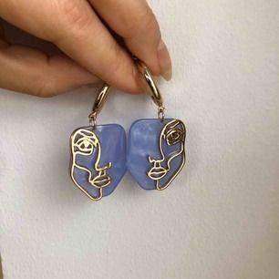 Blåa/guldiga örhängen med ansikten. Endast använda ett fåtal gånger. Kan mötas upp i Malmö, annars står köparen för frakten 😊