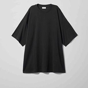 Säljer min oversize tröja ifrån Weekday i modellen Huge T-Shirt. Använd 3 gånger och säljer för att den inte är min stil längre ⚡️ nypris är 200:- men mitt är 80:- då jag bara vill bli av med den. Bilden är ifrån Weekdays hemsida.