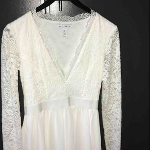 En suuper fin klänning från nelly, jättefin till skolavslutning eller midsommar, den är halvt spets. Priset är inkl. Skriv för funderingar eller fler bilder!