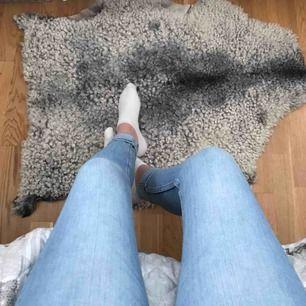 Jättefina ljusblåa jeans i storlek XS. Använda någon enstaka gång så de är i nyskick! Kan mötas upp i Uppsala eller frakta🥰