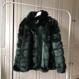 Super cool fake pälsjacka i mörkgrönt! Eventuellt billigare vid snabb affär!