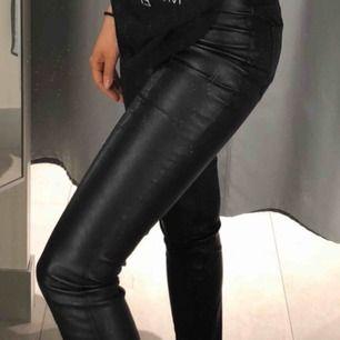 Svarta skinnbyxor med slits nedtill, använda 1 gång. Storlek 36! 150+59 frakt 🖤