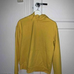 Jättefin gul huvtröja ifrån iStay. Säljer på grund av att den är för liten för mig ⚡️ använd cirka 3 gånger.