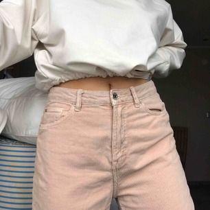 Rosa manchesterbyxor från Bershka. Tyvärr inte min stil längre. Går att även vika upp. Passar 36-38 beroende på hur man vill att de ska sitta. Mom jeans modell
