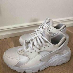 Säljer mina älskade Nike Huarache då dem inte kommer till användning längre, använda på gym och ett fåtal gånger utomhus, köpta för 1300 för ca 6 månader sen💗 köparen står för frakten på 59kr, kan mötas upp i Norrtälje eventuellt Sthlm