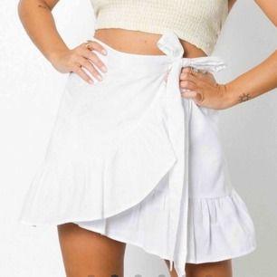 en vit volang kjol i storleken xs, jättefin till sommaren. Säljer den pga av att den är lite för liten för mig. Köpt för 399 kr, köparen står för frakten.