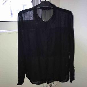 Genomskinlig svart skjorta från rut&circle. Strl 42 men är lite mindre i storleken. Jag har använt den som oversized. Säljer pga att den inte passar mig längre <3