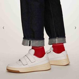Acne Studios velcro strap sneakers. Köpta för ca 2 år sedan. Använt skick, lite mindre slitningar på skorna (se sista bilden) men inget som är märkbart på håll. Dustbags medföljer. Nypris är 3000kr. Priset är inklusive frakt 🦋
