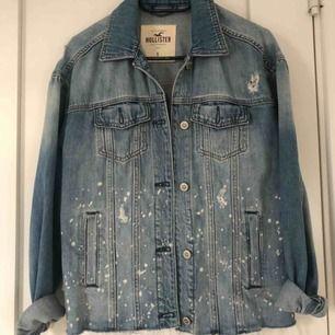 Säljer min hollister jeansjacka, storlek S men sitter lite oversized på mig som brukar ha XS-S i jackor, köpt för 500kr. Använd sparsamt💗 köparen står för frakten på 59kr, kan mötas upp i Norrtälje eventuellt sthlm