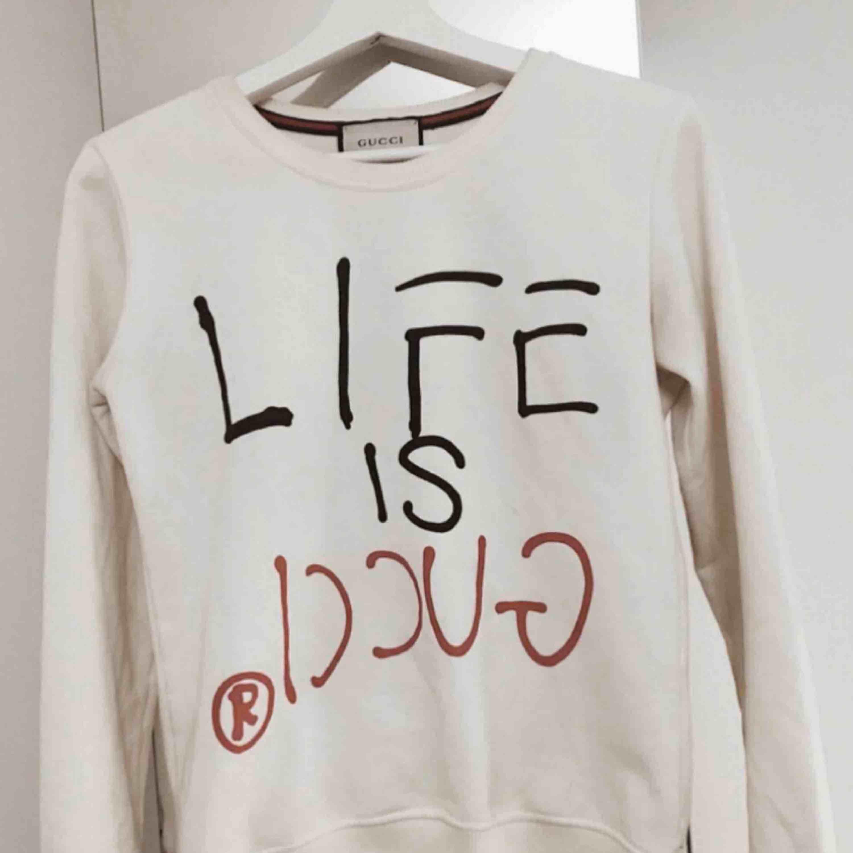 """""""Life is Gucci"""" sweatshirt i st. XS. Tjejtröja. Använd endast ett fåtal gånger och i super- skick. Köpt för 800 kr, säljs nu för 300 kr.  Kan mötas upp runt TC/ Sthlm city. Plagget är inte äkta. Superfin kvalité, knappt använd.. Huvtröjor & Träningströjor."""
