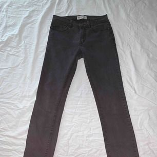 Säljer mina svarta, tajta tvättade jeans ifrån Pull&Bear. Säljer på grund av att jag inte använder dem längre. Har även använt dem ganska mycket därav det låga priset ⚡️